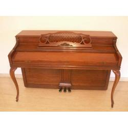 Mueble de piano con patas redondeadas