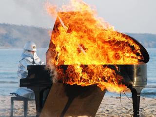 El piano prendido fuego