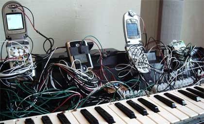 Un teclado conectado a varios telefonos